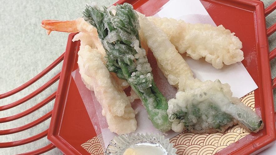 *【料理】椿膳一例でございます。地元の旬の食材をふんだんに使った和食