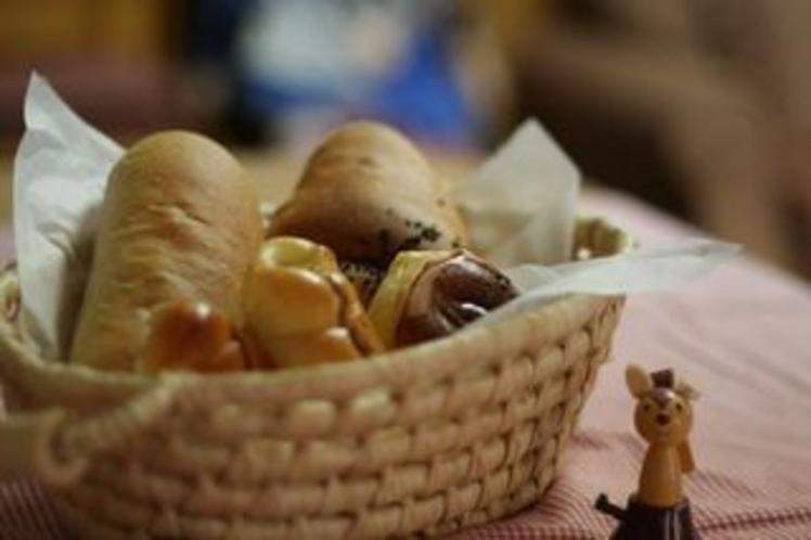粉からこだわり、早朝から仕込む手作りパン。お目覚めの頃、おいしい香りが館内に広がります。