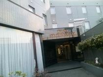 ホテル外観(東口玄関)県道50号沿い