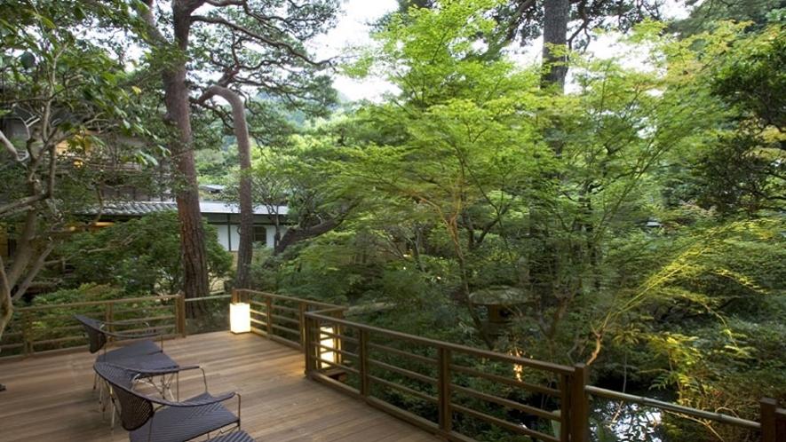 【中庭テラス】宿の中で四季折々の自然を感じられます