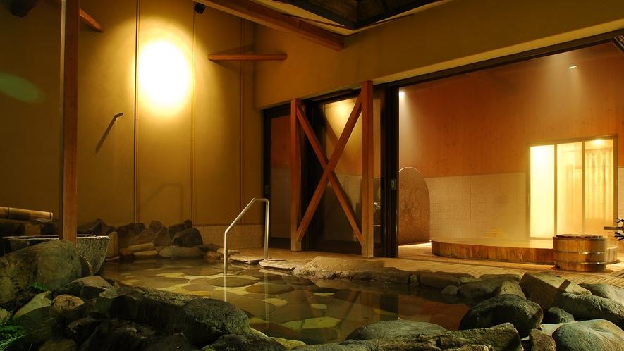 【大浴場:露天風呂(女性)】「朱雀の湯」日中と夜で表情が、がらりと変わります