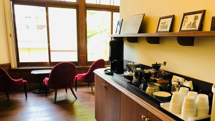 【ラウンジ】24時間いつでも寛げる「漱石の庵」湯上りの冷たいお飲み物や、コーヒーの無料サービス