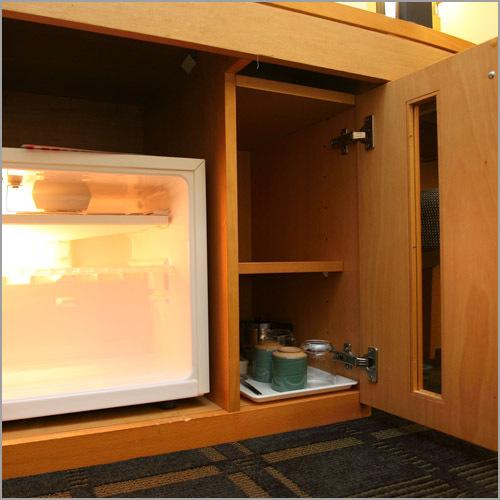 客室冷蔵庫:冷蔵庫は空です。戸棚にはグラスや栓抜きなどのご用意も。