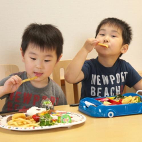【夕食】食事付の小学生のお子様は子供膳、幼児のお子様はお子様ランチをご用意いたします。
