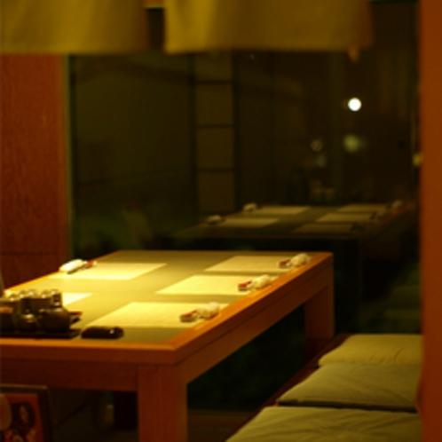 【夕食】掘りごたつの個室からはライトアップされた庭園がみられます(少人数用。お席は選べません)