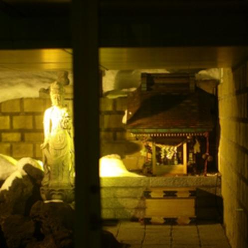 【1階 中庭】子宝神社。庭園の一角に佇んでいる