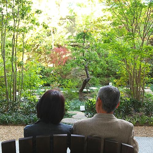 【1階 庭園】手入れが行き届いた庭園は、季節の花々が美しい。木製のベンチで心地よい時間を。