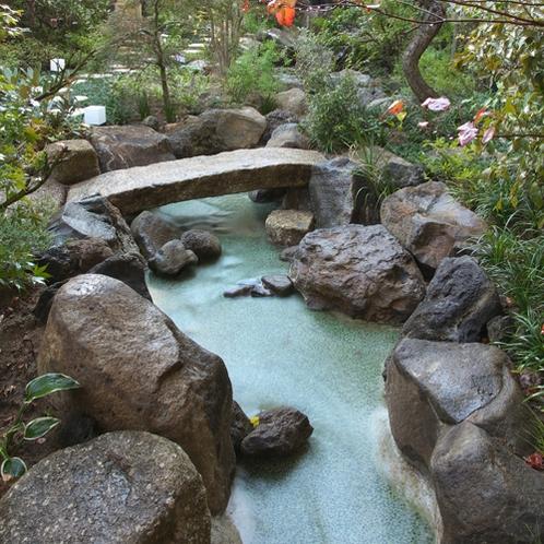 【1階 庭園】丹精込めて手入れをしている庭園