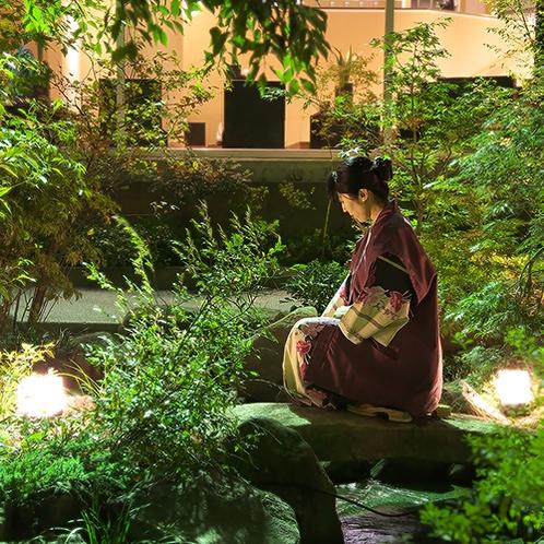 【1階 庭園】四季の花が咲き、緑美しい庭園。夜はライトアップされ、昼間とは違った雰囲気を。