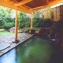 【1階 露天風呂】庭園を眺め