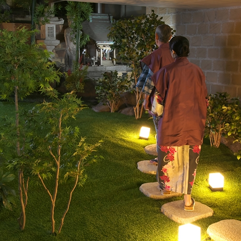 【1階 庭園】ライトアップされた庭園で