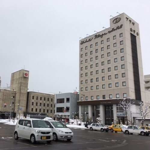 【JR横手駅〜当館までの道順①】駅東口から外にでて右側「横手プラザホテル」の前を通ります