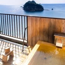 貴賓室の客室専用露天風呂は海と島を一望