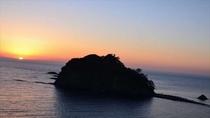 当館から見た夕陽。堂ヶ島のシンボル潮の満ち引きによって道が出現する島「三四郎島」