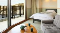 海を望むテラスに露天風呂付き、和室二間+ベッドがそなわった広い客室