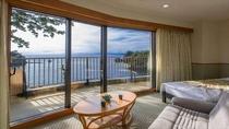 【露天風呂付き客室】海を望むテラスに客室専用の露天風呂