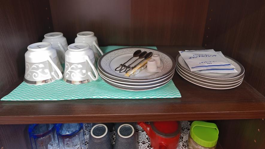 ・源泉かけ流し温泉付き離れ/備え付けのキッチンには食器・お茶・コーヒーセットも♪