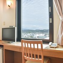 *【別館ツイン】22平米のお部屋です。デスクもあるのでビジネスにも。窓からは街が見渡せます!