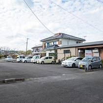 *【駐車場】施設正面の通り沿いにある第一駐車場です。
