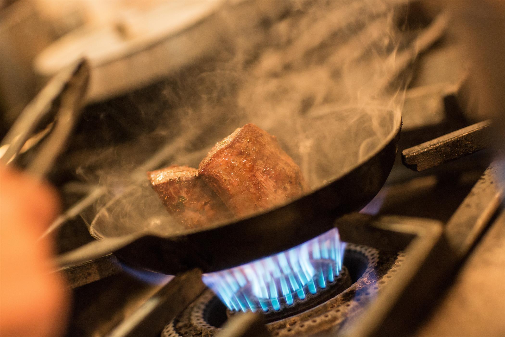 冬は熱々の肉料理をどうぞ・・・