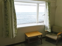 客室の窓側です 海が見えます