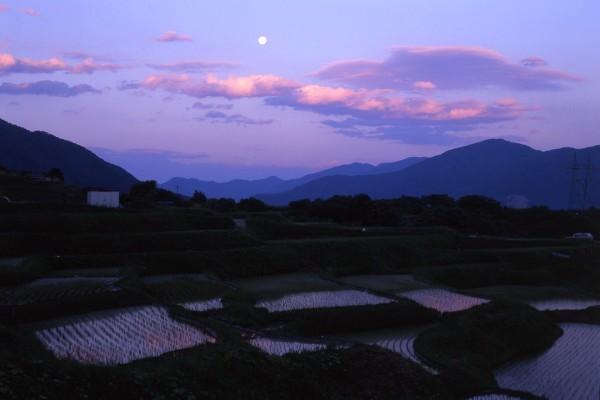月が昇る「姨捨田毎の月」遠景