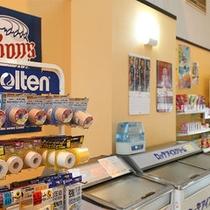 売店:ドリンクやアイスクリーム、スナック菓子など