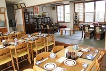 明るい広めの食堂