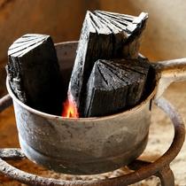 【館内】肌寒い季節は囲炉裏でほっこりと