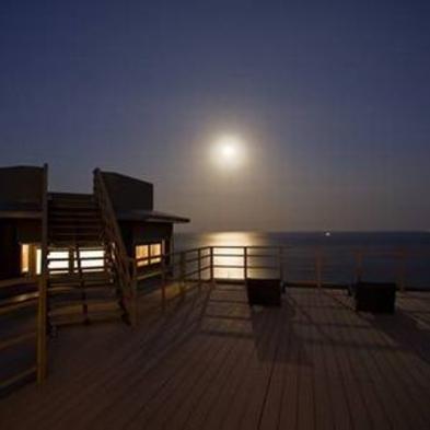 海と月の夜景を楽しむ 御宿The Earth