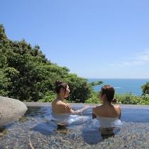 太平洋を一望するオーシャンビューの開放感あふれる「岩風呂」