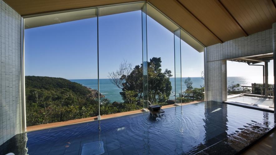 広いガラス面で、内湯からも太平洋を一望