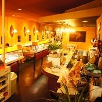 熱海の路地裏散歩に疲れたら、昭和レトロな喫茶店「ボンネット」へ立ち寄る