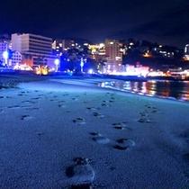 ライトアップされた夜のビーチをお散歩