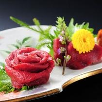 会津名物の桜刺し(馬刺し)は赤身をからし味噌で食べるのが会津流です