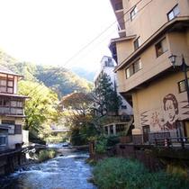新撰組 土方歳三にゆかりのある新滝(旧不動滝)には土方さんの似顔絵が描かれています。