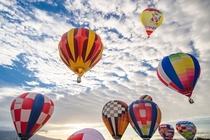 【会津塩川バルーンフェスティバル】秋空を舞台に30基近くの熱気球が浮かぶ。(当館より車で約30分)