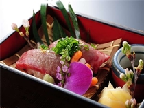 【夕食】別注の人気メニュー。特選サーロインを使用した牛炙り寿司