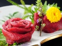 会津に来たなら、「名物桜刺し(馬刺し)」をどうぞ。辛子味噌でいただくのが会津流です。