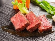 メインにサーロインのステーキはいかがです。お肉に合う日本酒やワインもご用意しております。