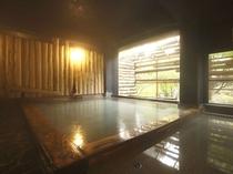 ●わたり湯 昔ながらの湯治場風ヒノキ造りのお風呂をモダンにデザインしています。