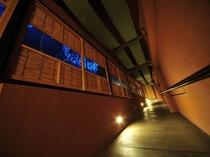 ●川沿いに面した建物です。伝統工芸・会津木綿が湯めぐり路を導いてくれます。