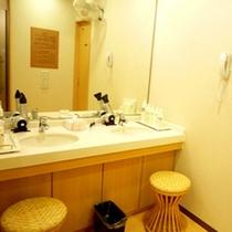 脱衣所(女性)◆女性には嬉しい、大きな鏡や洗面台、ドライヤーも完備。