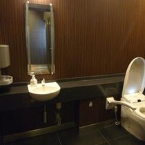 1階ロビーのトイレ◆バリアフリーのトイレもございます。