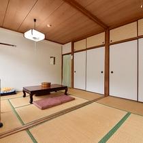 *【客室一例:本館和室12畳】畳のお部屋で団欒のひと時を…