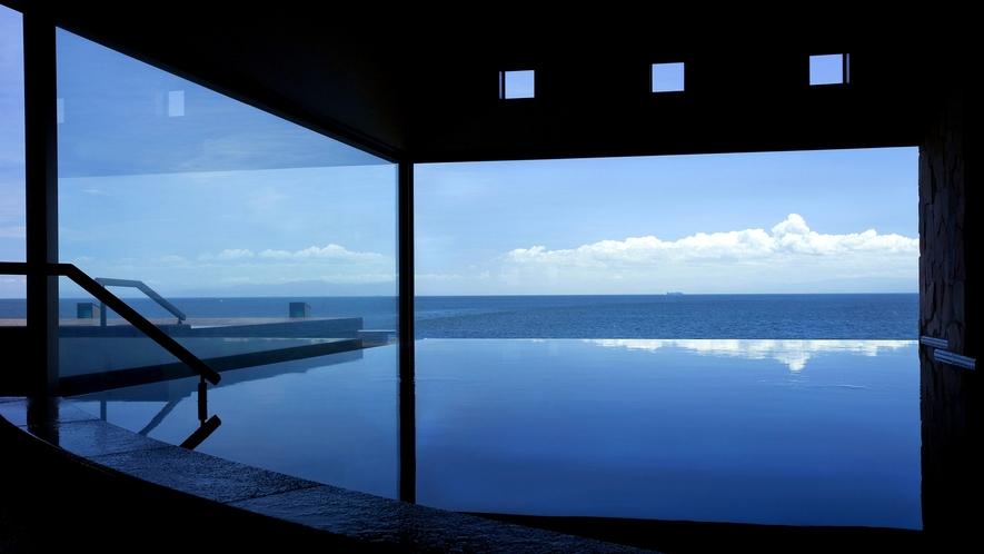 【天宮の雫・昼】海と空の景色が湯に入り込む中で、開放的なひと時を。