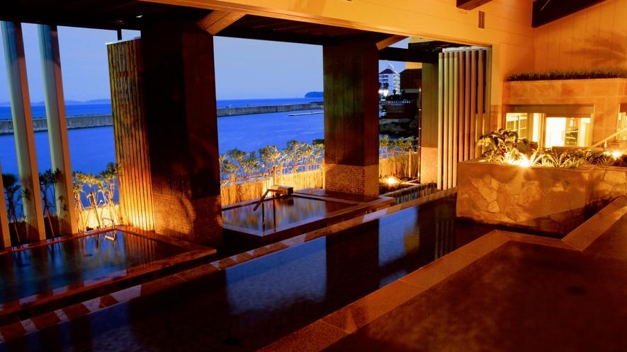 【淡路棚田の湯】淡路島の稲作に見られる棚田をモチーフにしたオープンエアの開放的な湯殿。