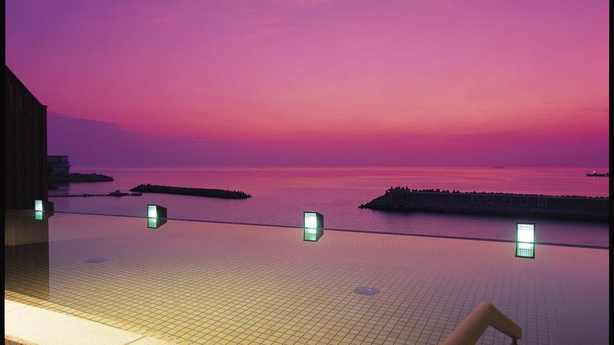 【天宮の雫】目の前に広がる日の出の絶景は、まるで空と海に包まれているような感覚に。