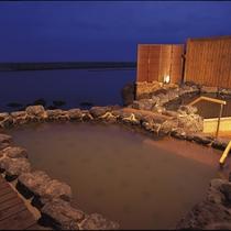 【湯賓閣 天宮の雫】波打ち際の露天風呂。静寂の中、せせらぎの旋律に耳を傾ける…。