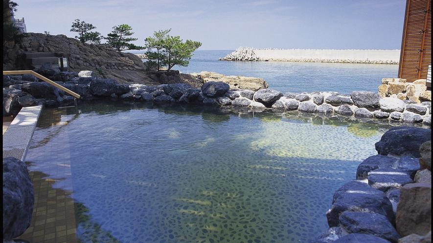 【天宮の雫・昼】1Fにある波打ち際の露天風呂。
